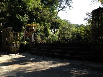 Entrada al jardín surrealista